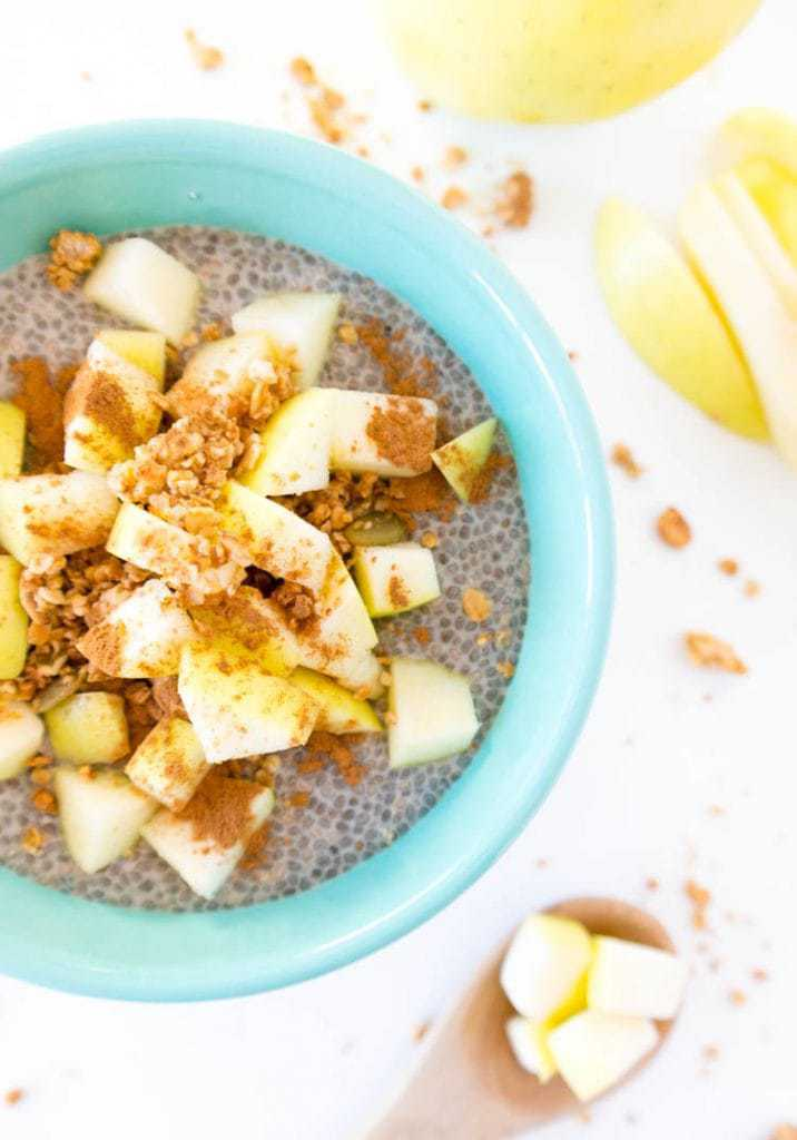 Apple Pie Chia Seed Pudding - healthy guilt-free apple pie in a bowl, for breakfast or a snack! vegan & gluten free. #vegan #applepie #chiapudding