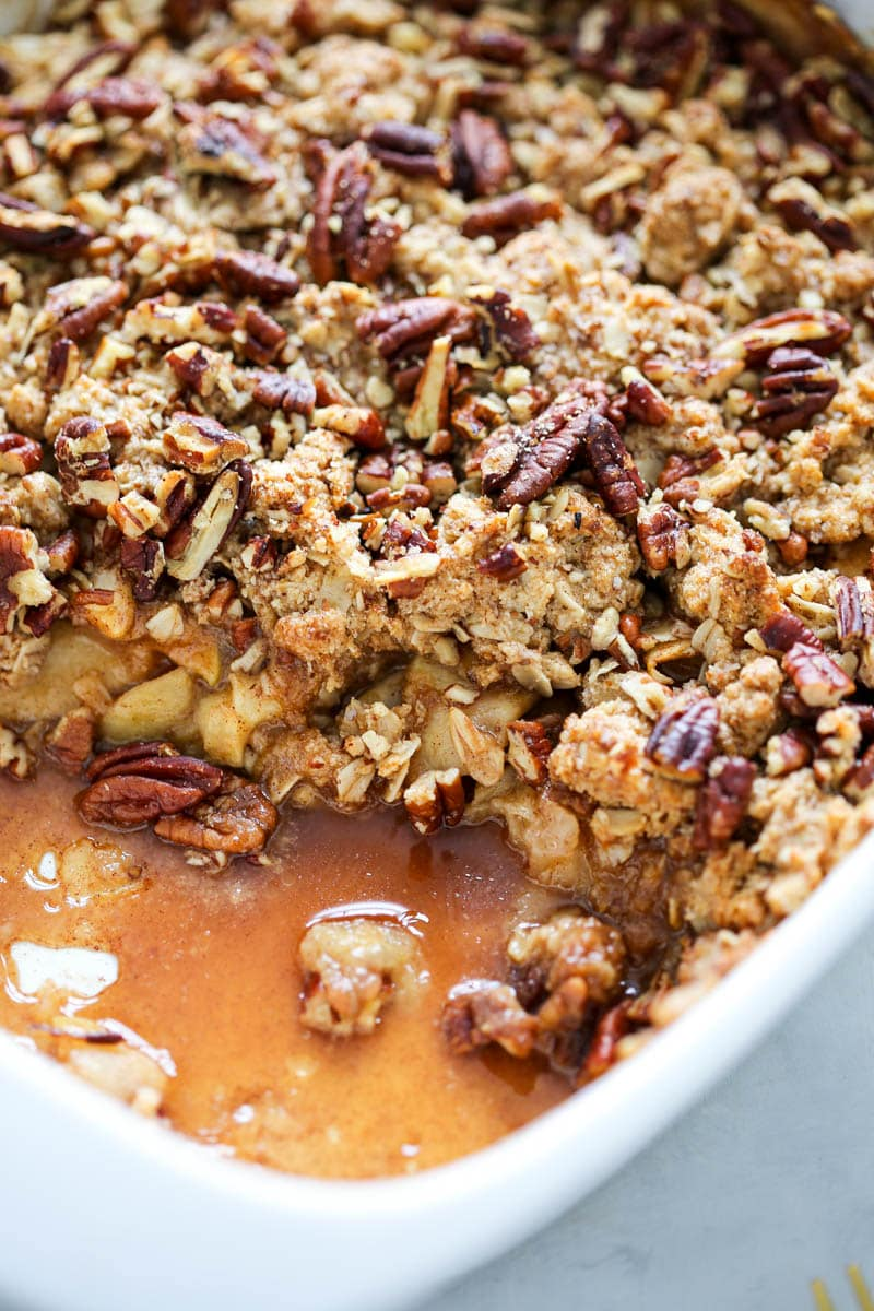 Vegan Baked Apple Crisp (gluten free). This caramel-y autumn crisp is both delectably intoxicating and beyond heavenly. Simple ingredients and insanely delicious. #vegan #applecrisp #caramel #fallrecipe