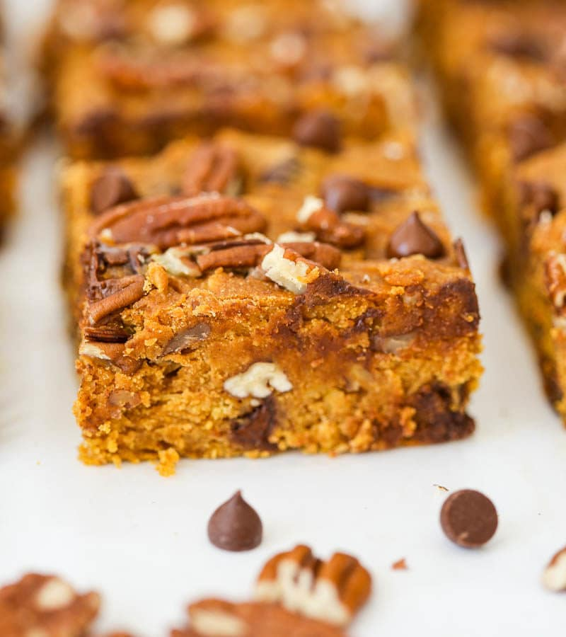 Deliciously comforting Vegan Pumpkin Chocolate Chip Oat Bars (Gluten Free). Full of dreamy pumpkin spice flavor and sweet chocolate chips to finish it off! #vegan #pumpkin #bars